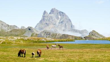 Una imatge clàssica: el Midi d'Ossau des d'un dels estanys d'Anayet